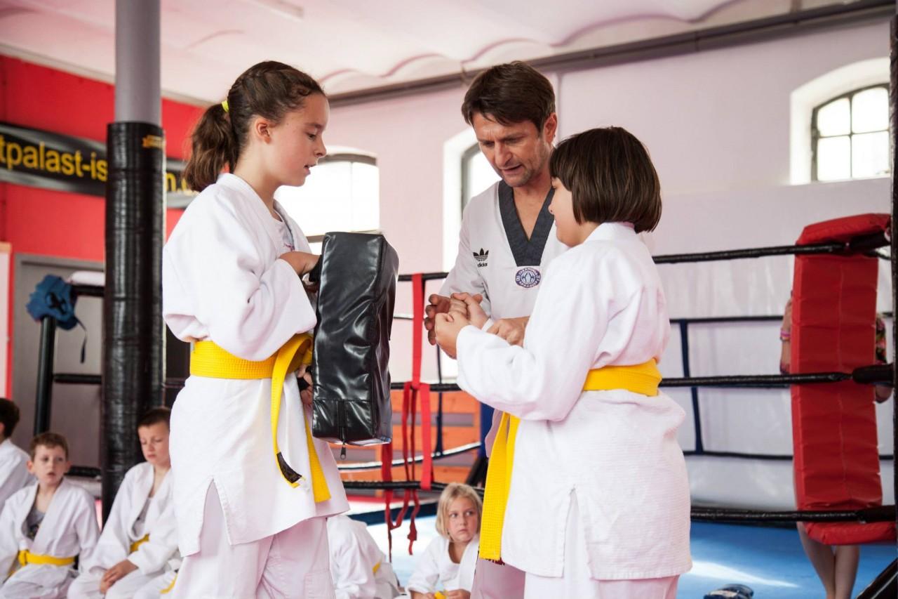 Kinder trainieren Taekwondo